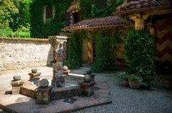 Place médiévale avec la fontaine sèche Photographie stock libre de droits
