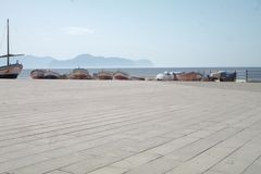 Place près de la mer avec des bateaux Image libre de droits