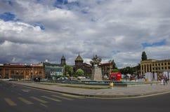 Place principale de Gyumri avec l'église de Yot Verk, Arménie image libre de droits