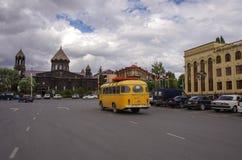 Place principale de Gyumri avec l'église de Yot Verk, Arménie images stock