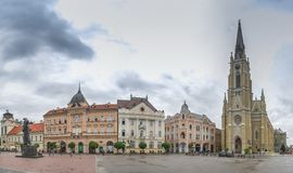 Place principale et église à Novi Sad, Serbie photos stock