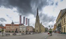 Place principale et église à Novi Sad, Serbie images stock
