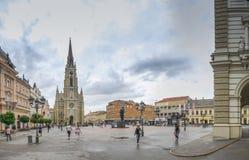 Place principale et église à Novi Sad, Serbie photographie stock libre de droits