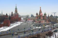 Place rouge avec Kremlin et la cathédrale de basilic de St Photo stock