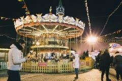 Place rouge avec la décoration de carrousel Image libre de droits