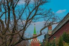 Place rouge derrière des décorations dans la rue principale photos libres de droits