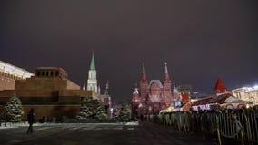 Place rouge le soir d'hiver Kremlin et mausolée de Lénine banque de vidéos