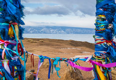 Place sacrée de bouddhiste chez le lac Baïkal congelé sur le backgro de montagnes Image stock