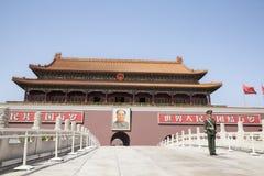 Place Tiananmen, porte de paix merveilleuse avec le portrait de Mao et garde, Pékin, Chine. Photographie stock libre de droits