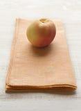 在一黄色餐巾placemat的杏子果子 免版税库存照片