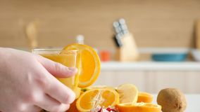 Placement de deux verres avec du jus organique naturel sur la table de cuisine clips vidéos
