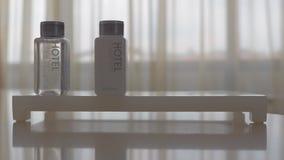Placement de l'ensemble d'hygiène d'hôtel de quatre bouteilles clips vidéos