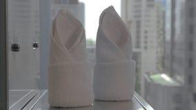 Placement des serviettes propres dans la salle de bains d'hôtel banque de vidéos