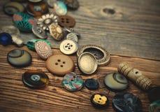 Placer av gamla knappar Arkivfoto