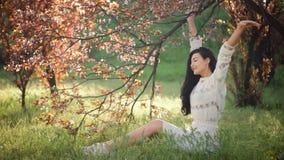 Placer de la naturaleza de la primavera Mujer en parque almacen de metraje de vídeo