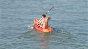 Placer del ocio que rema la canoa del kajak almacen de video