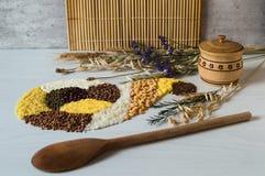 Placer des grains et des céréales sous la forme de klaxon d'abondance Shakie en bois de solt avec un couvercle et cuillère en boi image stock