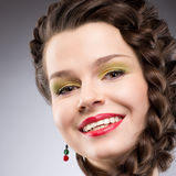 Placer. Forma de vida. Mujer trenzada feliz del pelo de Brown. Sonrisa dentuda Fotografía de archivo libre de regalías