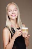 placer Taza que se sostiene rubia de la mujer de mañana Cofee Foto de archivo