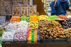 Placer turco, también conocido como lokum, vendido en el bazar famoso de la especia en Estambul fotos de archivo