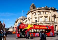 Placera att se att bussen väntar på turister på den historiska platsen Roman Bath, UK Royaltyfri Fotografi