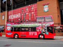 Placera att se bussen framme av Anfield stadion, Liverpool, UK Arkivbild