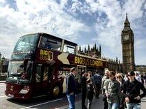 Placera att se bussen på den Westminster bron, London, UK Arkivfoton
