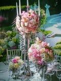 Placera brud BouquetBride och ansa tabellen med brud bukett på bröllopmottagandet arkivfoton