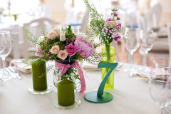 Placera brud BouquetBride och ansa tabellen med brud bukett på bröllopmottagandet Arkivfoto