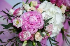 Placera brud BouquetBride och ansa tabellen med brud bukett på bröllopmottagandet Royaltyfri Bild