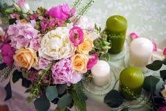 Placera brud BouquetBride och ansa tabellen med brud bukett på bröllopmottagandet Arkivbilder