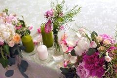 Placera brud BouquetBride och ansa tabellen med brud bukett på bröllopmottagandet Fotografering för Bildbyråer