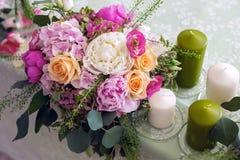 Placera brud BouquetBride och ansa tabellen med brud bukett på bröllopmottagandet Royaltyfri Foto