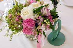 Placera brud BouquetBride och ansa tabellen med brud bukett på bröllopmottagandet Arkivbild