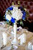Placera brud BouquetBride och ansa tabellen med brud bukett på bröllopmottagandet Royaltyfria Foton