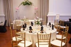Placera brud BouquetBride och ansa tabellen med brud bukett på bröllopmottagandet Garnering för banketttabell Arkivfoto