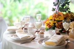 Placera brud BouquetBride och ansa tabellen med brud bukett på bröllopmottagandet Garnering för banketttabell Royaltyfri Fotografi