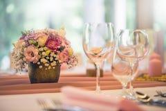 Placera brud BouquetBride och ansa tabellen med brud bukett på bröllopmottagandet Härlig tabelluppsättning med blommor och glas Royaltyfria Bilder