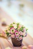 Placera brud BouquetBride och ansa tabellen med brud bukett på bröllopmottagandet Härlig tabelluppsättning med blommor och glas Arkivfoton