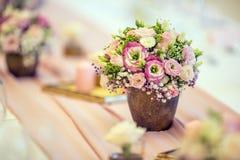 Placera brud BouquetBride och ansa tabellen med brud bukett på bröllopmottagandet Härlig tabelluppsättning med blommor och glas Arkivbild