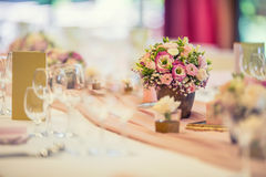 Placera brud BouquetBride och ansa tabellen med brud bukett på bröllopmottagandet Härlig tabelluppsättning med blommor och glas Royaltyfri Fotografi