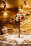 Placera brud BouquetBride och ansa tabellen med brud bukett på bröllopmottagandet blom- ordningar på tabeller Royaltyfri Foto