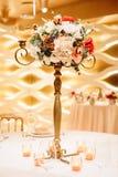Placera brud BouquetBride och ansa tabellen med brud bukett på bröllopmottagandet blom- ordningar på tabeller Arkivfoton