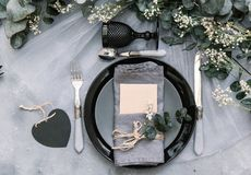 Placera brud BouquetBride och ansa tabellen med brud bukett på bröllopmottagandet Sjaskig chic stil royaltyfria bilder