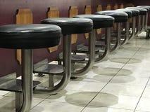 Placera stolar på en restaurang Arkivbilder