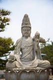 Placerad Buddhastaty på templet i Tokyo Royaltyfri Foto