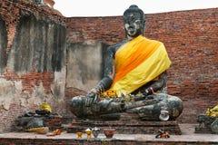 Placerad stenBuddha på Wat Thammikarat i Ayutthaya, Thailand Royaltyfri Fotografi