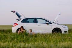 Placerad väntande på bilmekaniker för mamma och för son royaltyfri bild