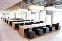 Placering i den tomma kafeterian av en stor affär Royaltyfri Foto