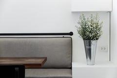Placering i tomt kafé med minsta stilgarneringar Arkivfoton